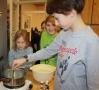 Eigene Seife durften die Kinder zusammenrühren und kochen.