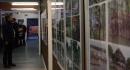 An einer langen Wand zeugen Fotos von den vergangenen 25 Jahren.