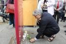 """Ute Finckh-Krämer zündete eine Kerze an der Gedenkstele \""""Der erhängte Soldat – Tödlicher Verdacht"""" nieder."""