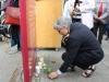 """Ute Finckh-Krämer zündete eine Kerze an der Gedenkstele """"Der erhängte Soldat – Tödlicher Verdacht"""" nieder."""