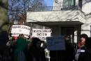 Mit Plakaten demonstrierten rund 200 Schüler vor dem Büro des Bezirksstadtrats Michael Karnetzki.