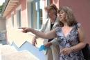 Die Berliner Landesvorsitzende des Autismus Deutschland e.V. (rechts) zeigte Barbara John die Anlage.