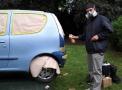 """Schirmherr Gaetano Foti stellte einen Gebrauchtwagen zur Verfügung. Dieser wurde durch einen Graffiti-Künstler """"lackiert"""" und am Ende des Tages versteigert. Foto: Bavandi"""