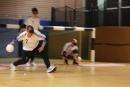 Die eine Mannschaft wirft den Ball unter den Seilen hindurch.