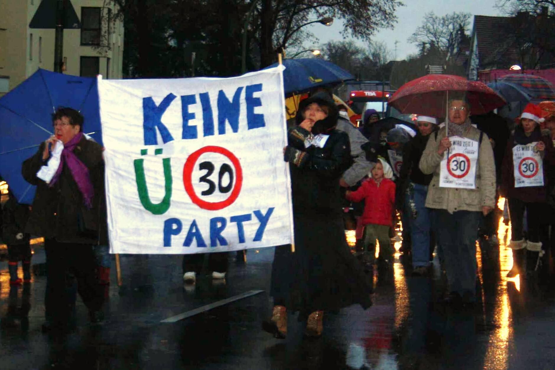Mit Regenschirm und Trillerpfeife für Tempo 30: Anwohner und Eltern demonstrierten am Hindenburgdamm