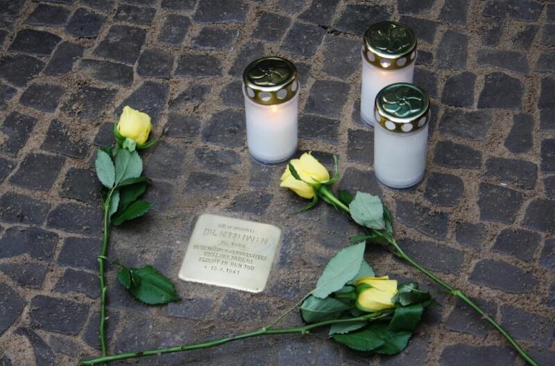Deportiert und in den Tod getrieben: Drei neue Stolpersteine in Lichterfelde verlegt
