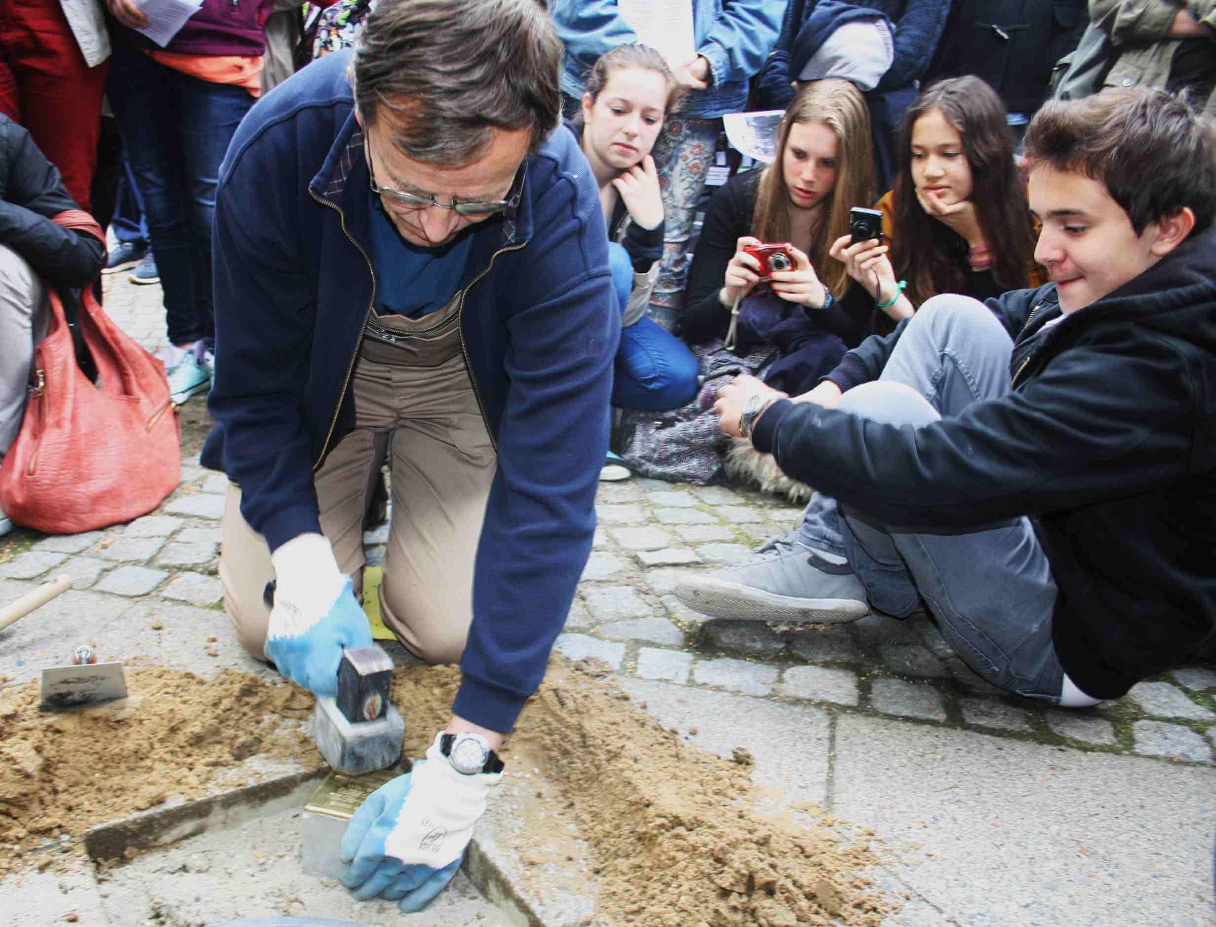 Wie ein Grab für die Ermordeten: Fünf neue Stolpersteine in Zehlendorf verlegt
