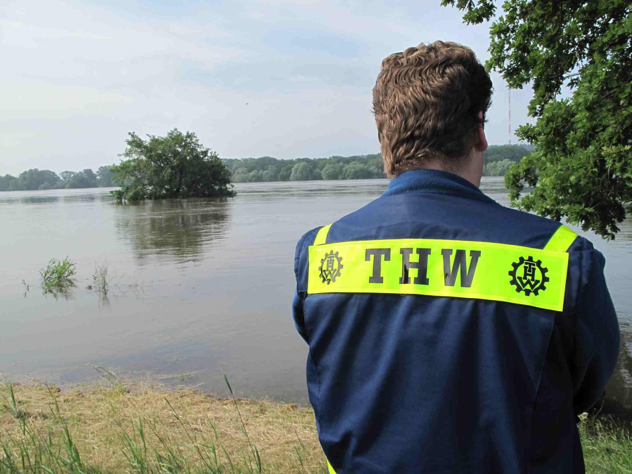 Säcke fülle, Wasser pumpen, Deich sprengen: THW Steglitz-Zehlendorf im Hochwassereinsatz