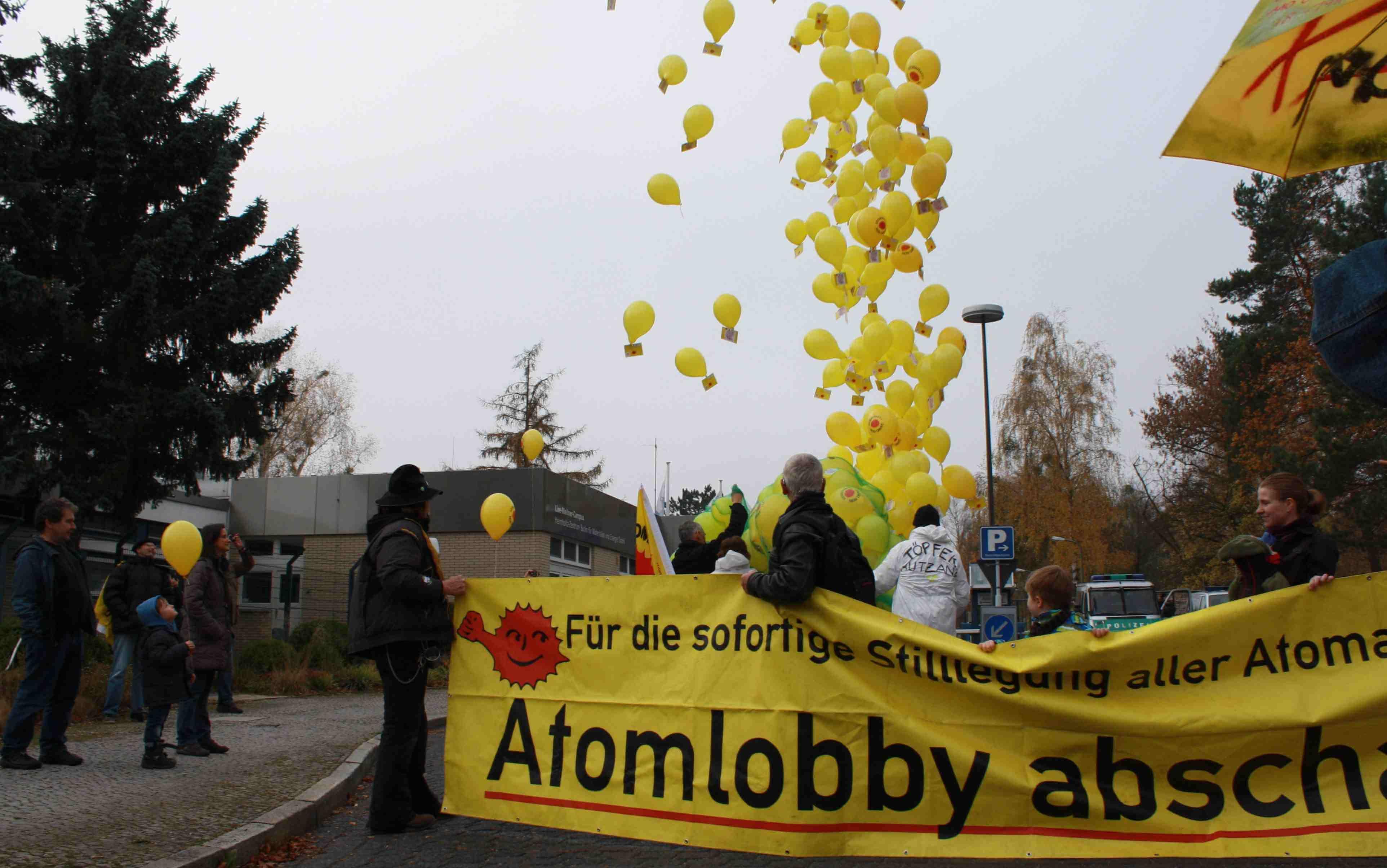 Mit Luftballons gegen Atomkraft: Atomkraft-Gegner demonstrierten in Wannsee