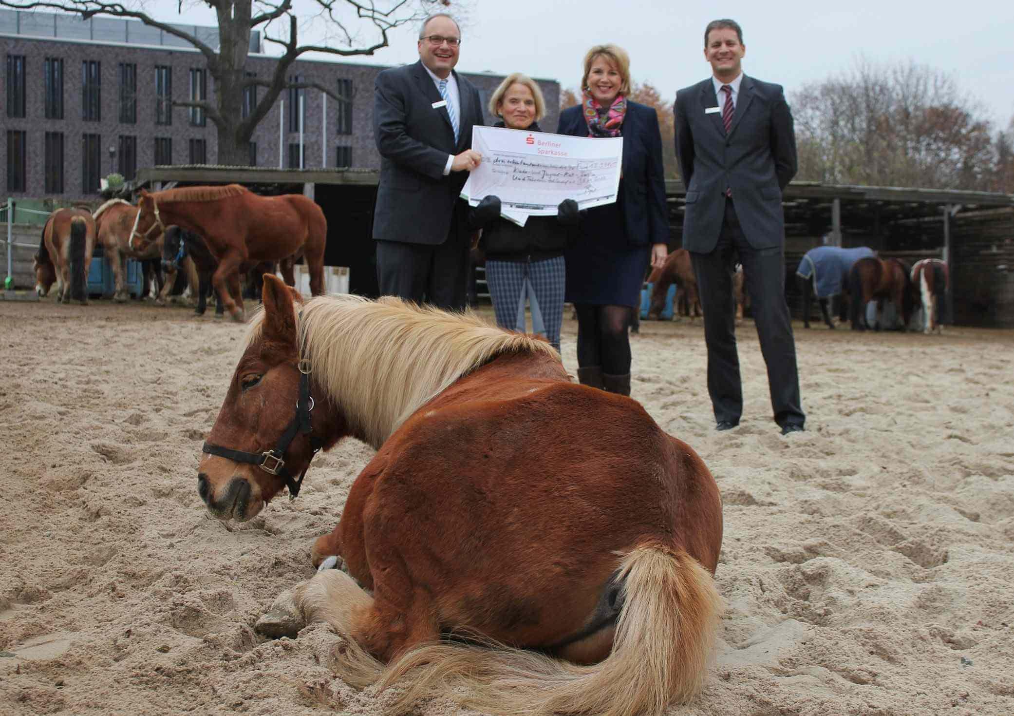 14.000 Euro in Sand (um)gesetzt: KJRFV Zehlendorf erhält Spendenscheck