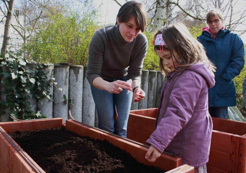 Gemeinsam mit Marion Naumann säte Loreé Tomaten aus. Mama Constanze Schuricht (im Hintergrund) freut sich schon auf die Ernte. Foto: Gogol