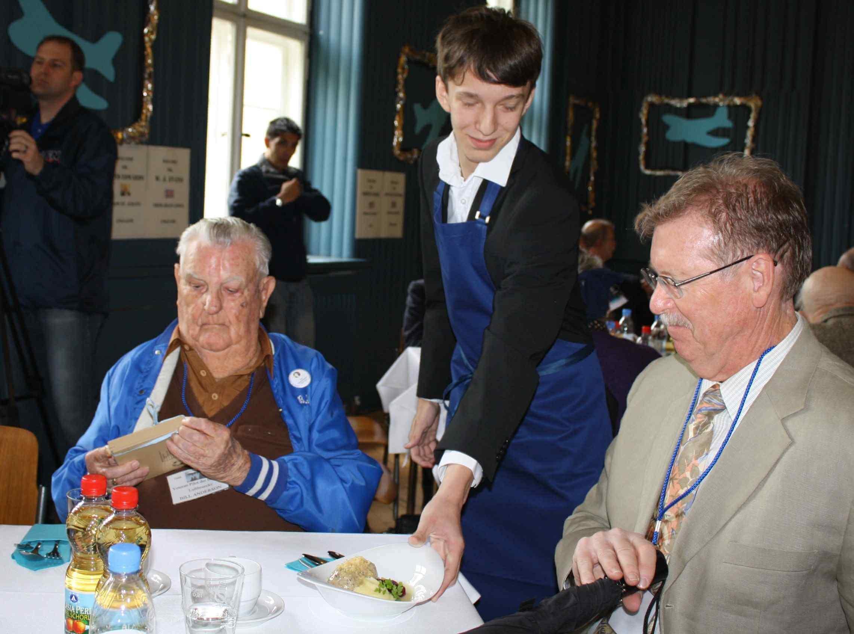 """""""Geschichte zum Anfassen"""": Halvorsen-Schüler bewirten Veteranen der Luftbrücke"""