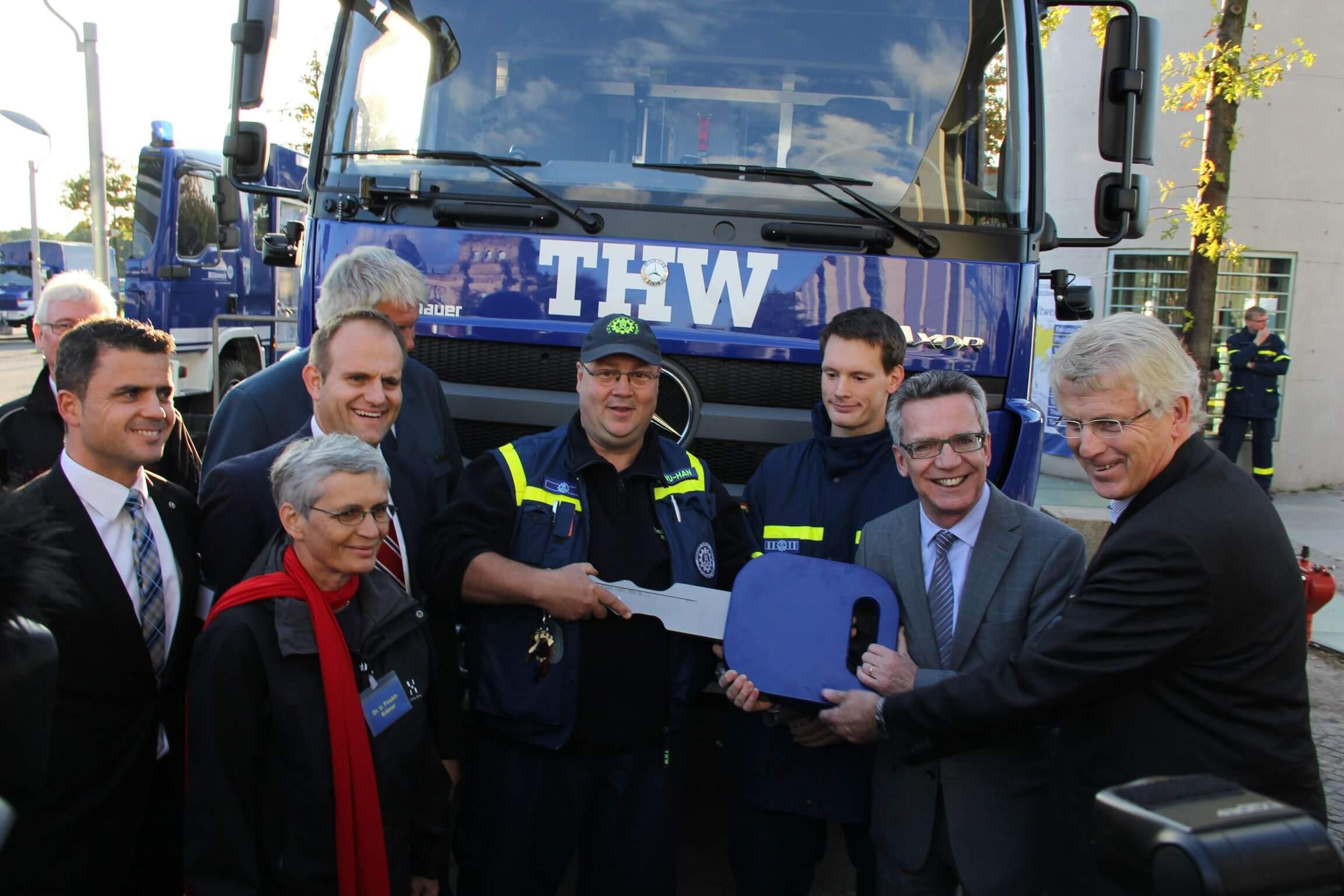 Bundesinnenminister übergibt THW Steglitz-Zehlendorf neues Fahrzeug