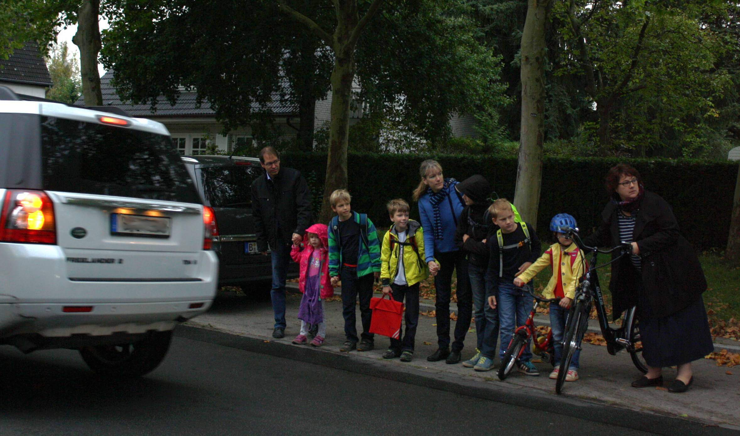 Suchen nach der Lücke. Im morgendlichen Verkehr ist es für Eltern und Kinder nicht leicht, den Osteweg zu überqueren. Foto: Gogol