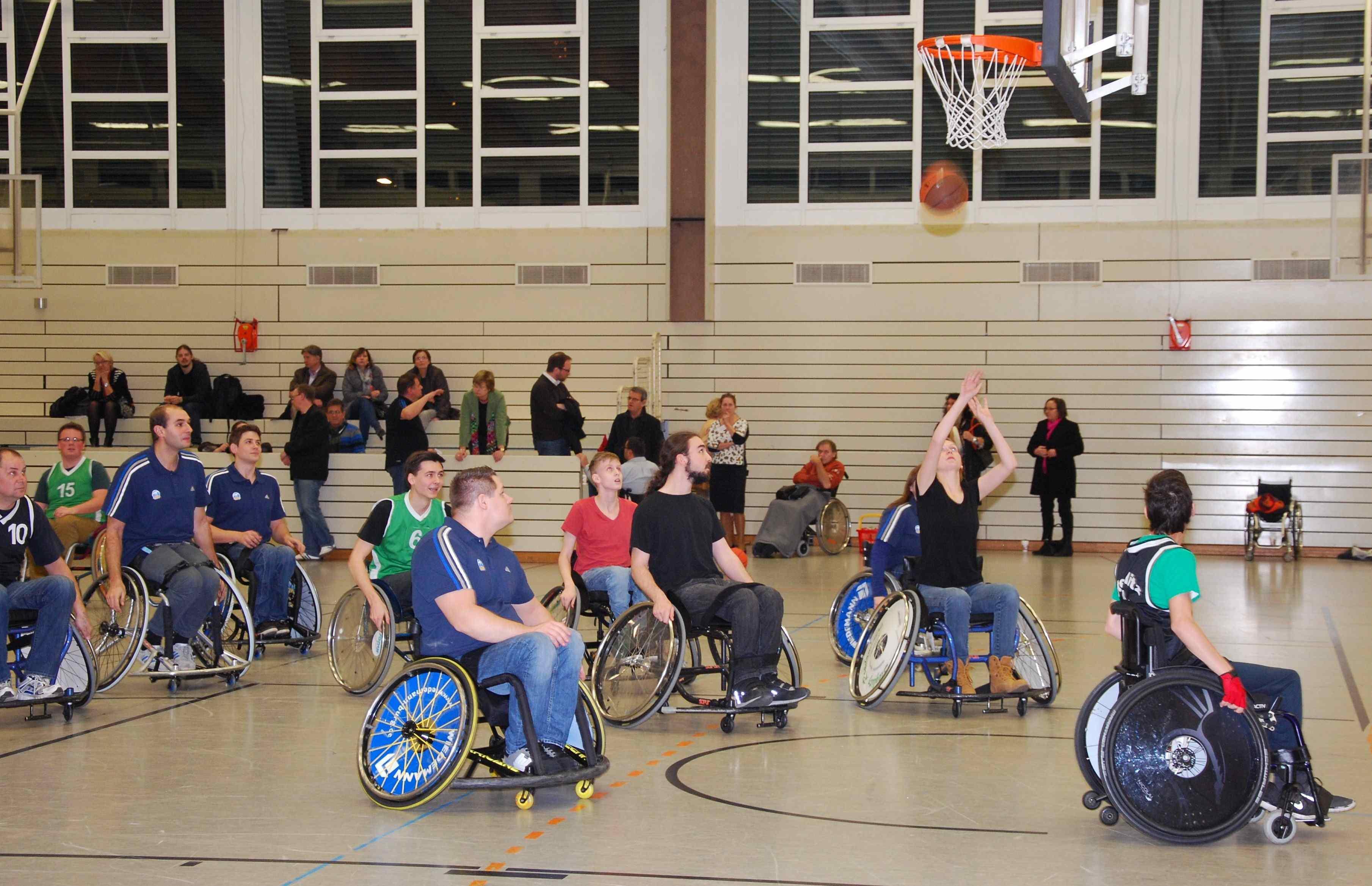Bürgerstiftung Steglitz-Zehlendorf überreicht Basketball-Rollstuhl