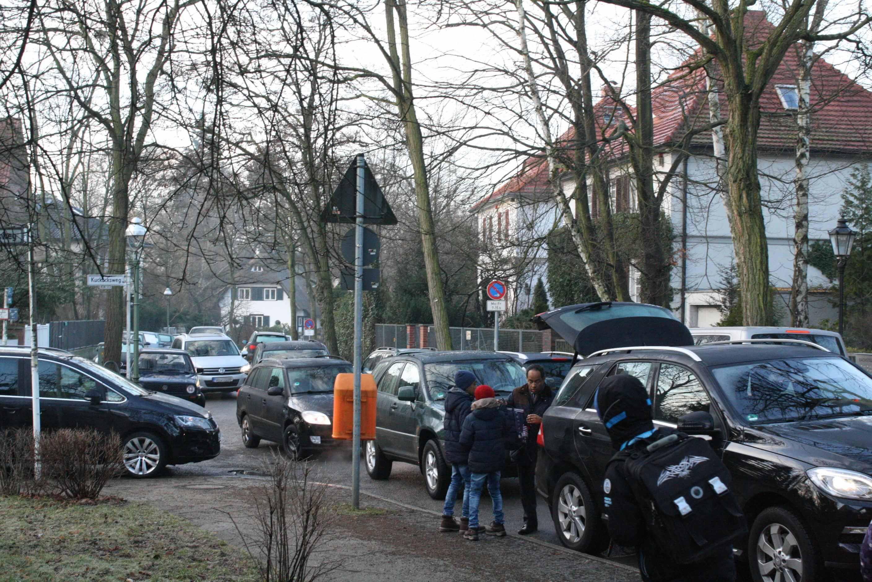 Und täglich grüßt das Verkehrschaos: Vor-Ort-Termin mit Anwohnern am Bachstelzenweg