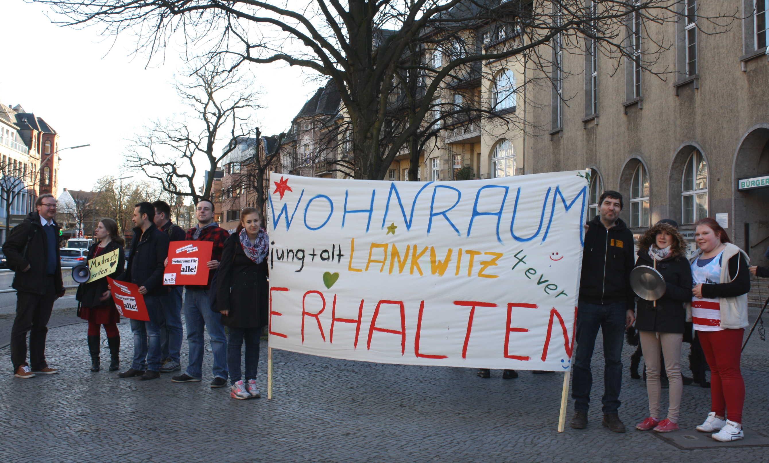 Lankwitzer demonstrieren für Erhalt der Seniorenwohnungen / BVV lehnt Anträge ab