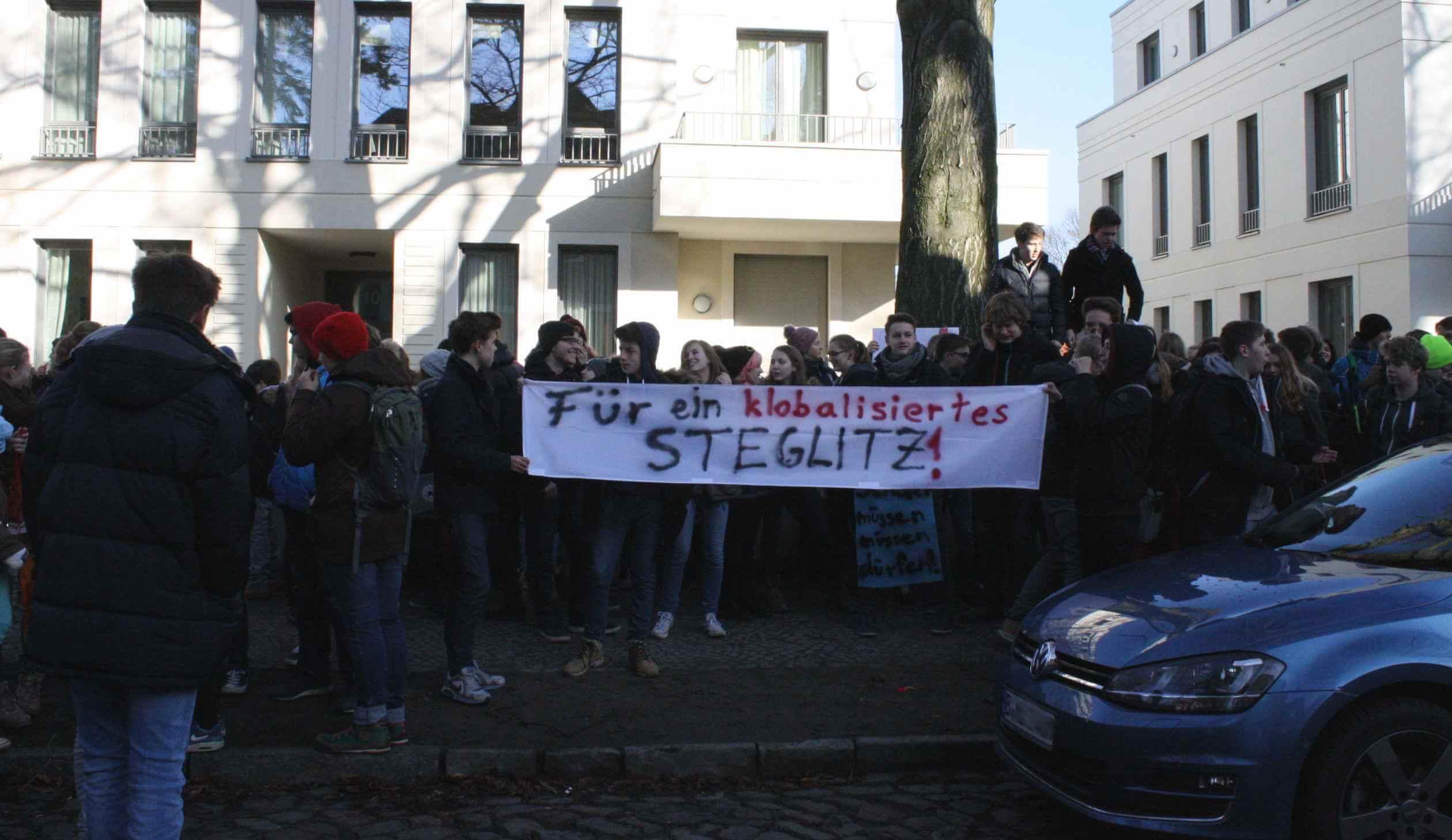"""""""Schüler müssen müssen dürfen"""": Paulsen-Gymnasiasten demonstrieren für Sanierung der Schultoiletten"""