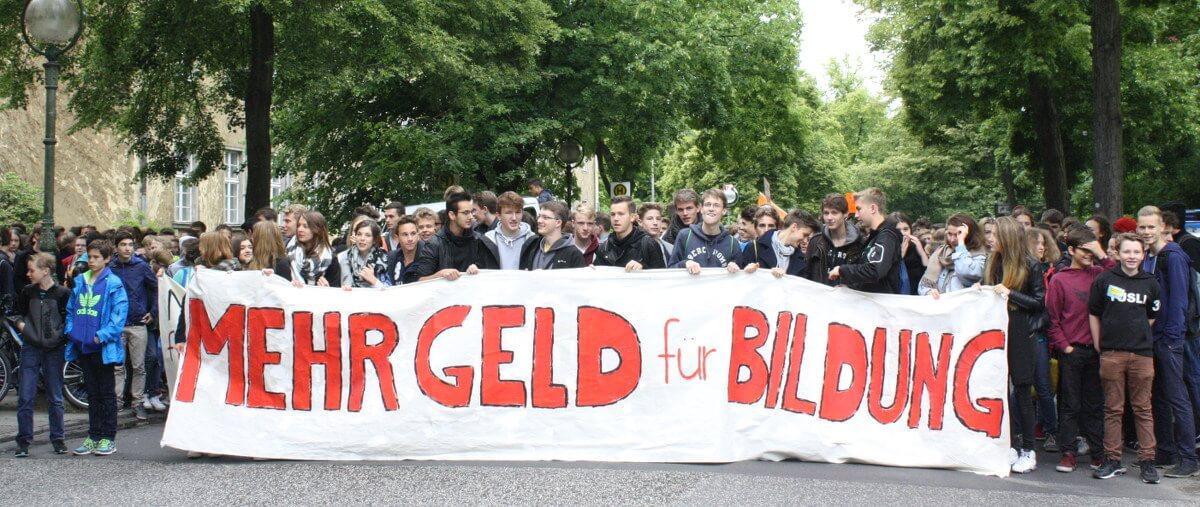 """""""Hier wird protestiert, weil keiner investiert"""": Schüler streiken für Schulsanierung / Podiumsdiskussion mit wenigen Zuhörern"""