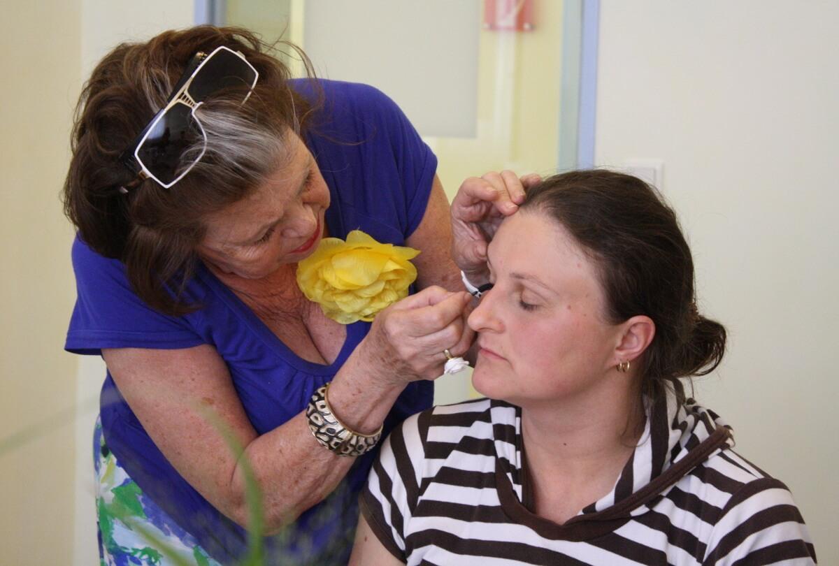 """""""Wieder ein vollständiges Gesicht bekommen"""": Kosmetikseminar gibt Krebspatientinnen Selbstbewusstsein"""