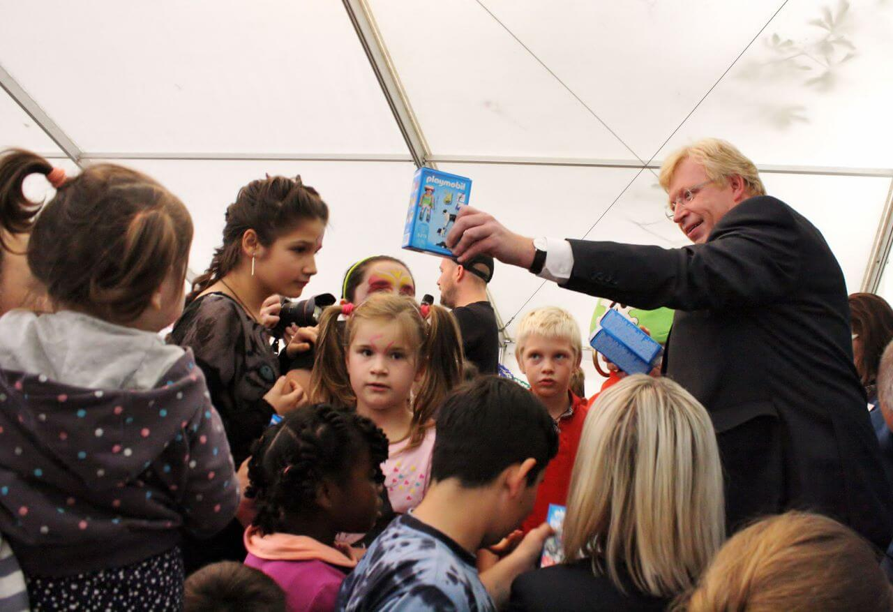 """Spielboxen vom Staatssekretär: """"Aktion Zusammenspiel""""  in der Flüchtlingsunterkunft Klingsorstraße gefeiert"""