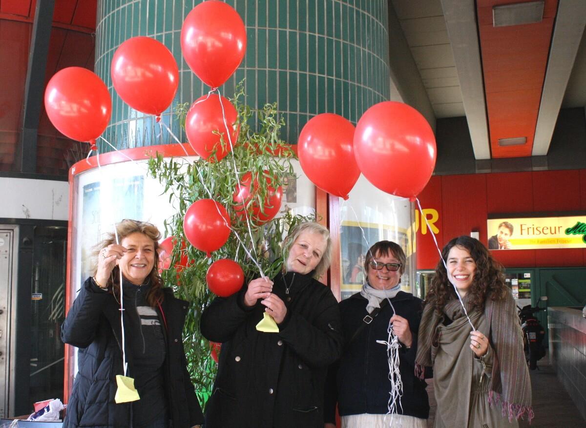 Weltmädchentag: Mit Ballons für Mädchenrechte