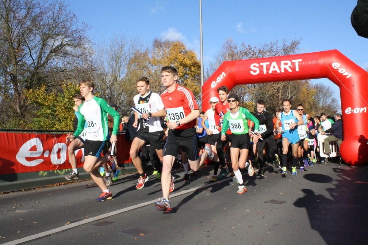 Im Laufschritt entlang des Mauerwegs: 1.500 Läufer und Superhelden starteten beim Teltowkanal-Halbmarathon