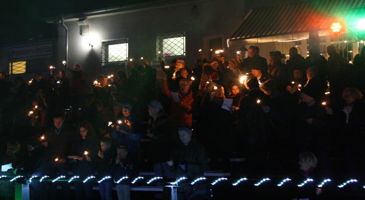 300 menschen singen weihnachtslieder im preussen stadion. Black Bedroom Furniture Sets. Home Design Ideas
