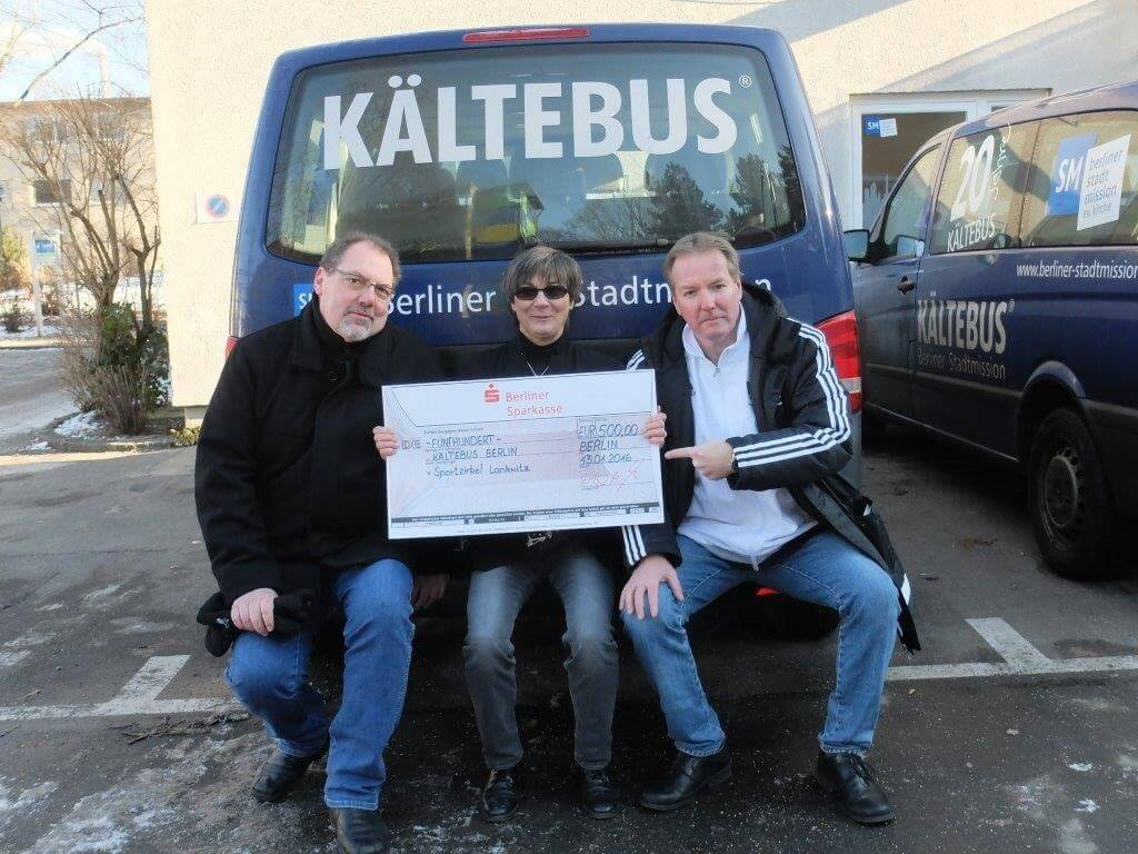 Einen 500-Euro-Scheck überreichten Nikolai Poschmann und Marco Lutz an Sabine Zettel von der Stadtmission. Foto: Harald Dier