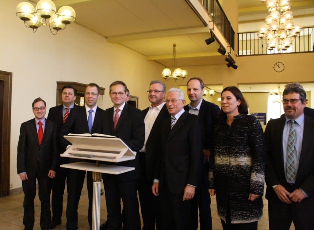 Im Rathaus Zehlendorf trugen sich die Mitglieder des Berliner Senats ins Goldene Buch des Bezirks ein. Foto: Gogol
