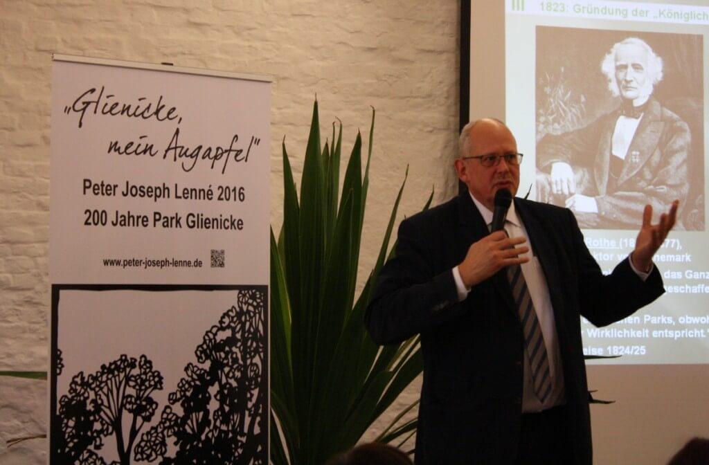 Dr. Michael Rohde, Gartendirektor der Stiftung Preußische Schlösser und Gärten Berlin- Brandenburg, erklärte den Festgästen die Bedeutung von Lennés Schaffen. Foto: Gogol