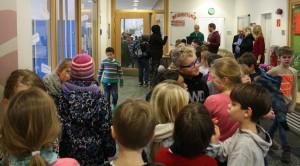 Schlangestehen für die Hortbetreuung: So beginnt der Nachmittag im Hort der Giesensdorfer Grundschule. Foto: Gogol