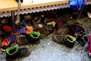 Die Regale für die Schuhe sind voll, de Rest stet auf dem Flur. Foto: Gogol