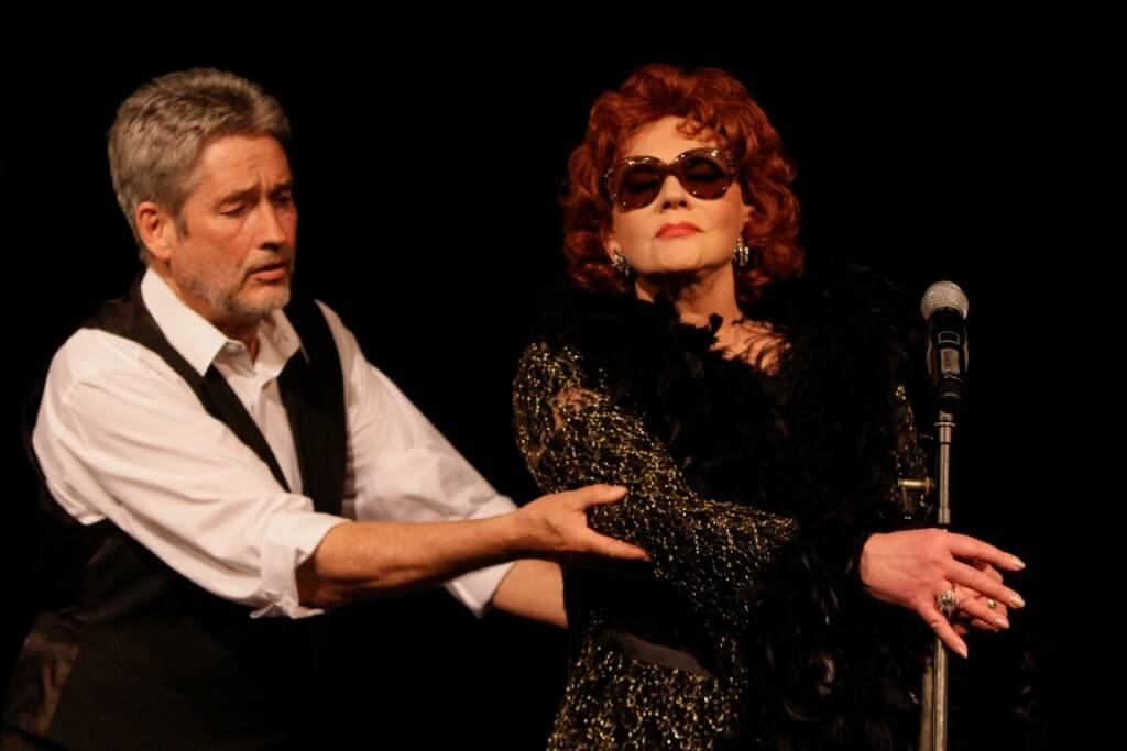Karin Pagmar spielt Zarah Leander, Manfred Molitoricz schlüpft in dem Stück in verschiedene Rollen. Foto: Helmut Seuffert