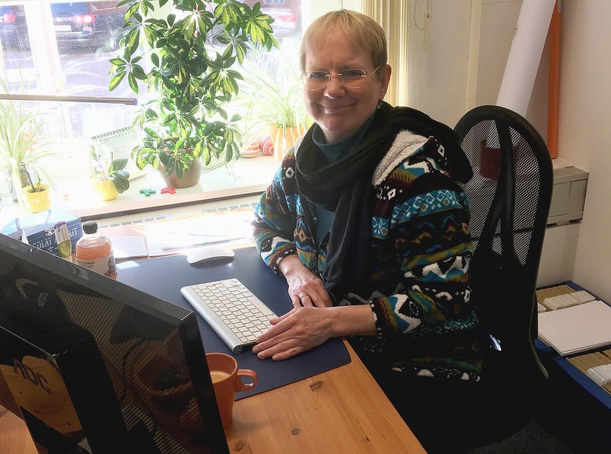 """Anna Schmidt arbeitet am neuen Magazin """"Im Mittelpunkt"""", das im Mai erscheinen wird. Foto: SzS"""