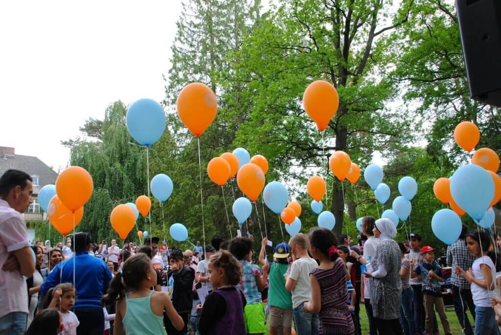 Kinder ließen Luftballons über den Zehlendorfer Himmel aufsteige. Foto: Willkommensbündnis