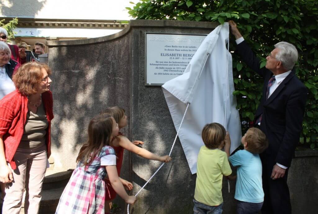 Gemeinsam mit Kindern der Kita Faradayweg enthüllte Bezirksbürgermeister Norbert Kopp die Berliner Gedenktafel. Foto: Gogol