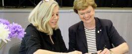 Endlich geht es los: Die Bezirksstadträtinnen Christa Markl-Vieto (links) und Cerstin Richter-Kotowski unterschrieben die Kooperationsvereinbarung für die Jugendkunstschule. Foto: Gogol