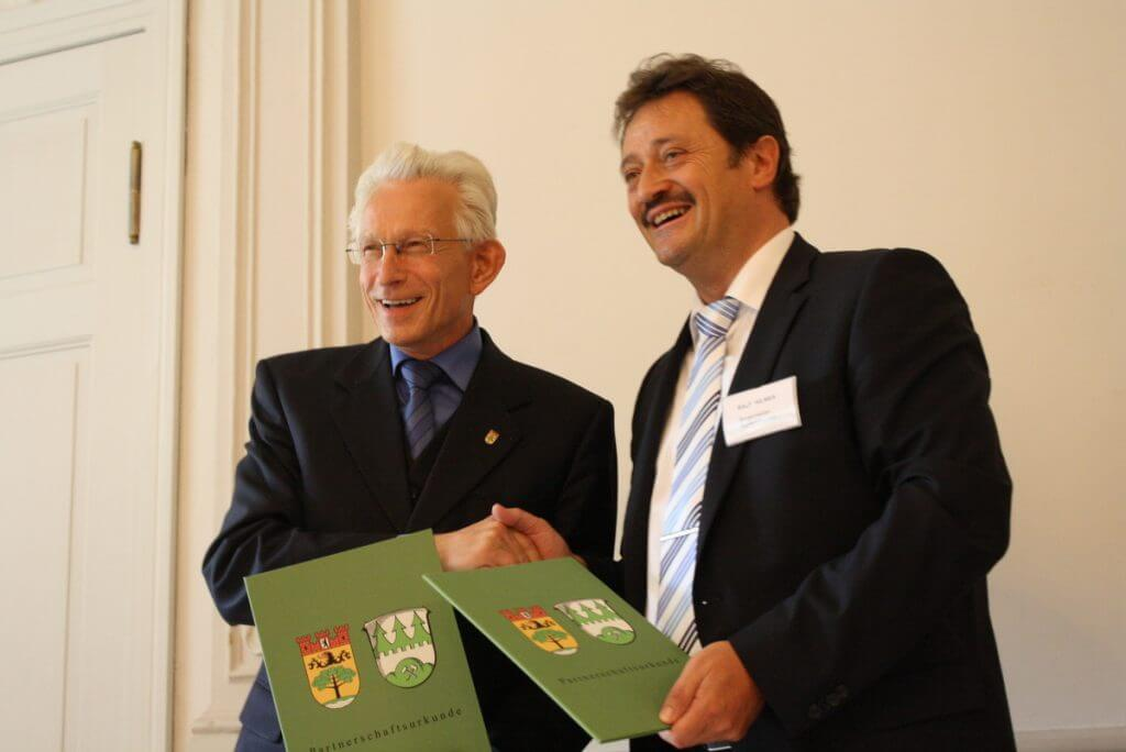 Auf die nächsten 50 Jahre: Bezirksbürgermeister Norbert Kopp (links) und Ralf Hildes, Bürgermeister von Nentershause, unterschrieben eineben neuen Städtepartnerschaftsvertrag. Foto: Gogol