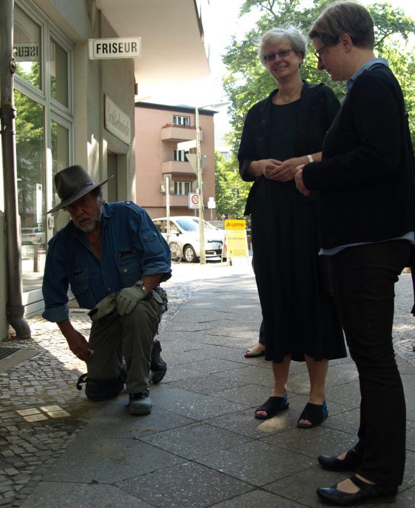 Gunter Demnig mit Dr. Petra T. Fritsche und Pfarrerin Dr. Katrin Rudolph im Pfarrsprengel Steglitz-Nord bei der morgendlichen Verlegung der Stolpersteine in der Feuerbachstraße. Foto: Bavandi