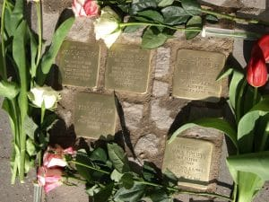 Einige der zwölf Stolpersteine, die der Künstler am Donnerstag entlang der Feuerbachstraße verlegte. Foto: Bavandi