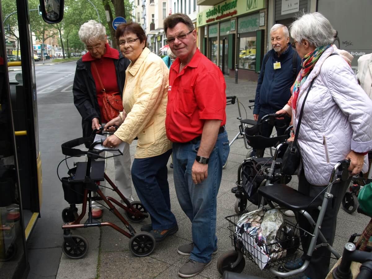 Mit Stock und Rollstuhl in Bus und Bahn – BVG-Mobilitätstraining in Steglitz