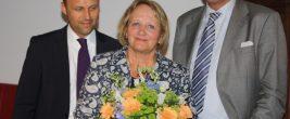 Mit einem Blumenstrauß bedankten sich Sebastian Czaja, Spitzenkandidat der FDP, (links) und der Vorsitzende des FDP-Ortsverbandes Dahlem, Christian Grosse, bei Sabine Leutheusser-Schnarrenberger. Foto: Gogol