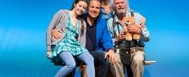 Eine glückliche Familie?! Die Erkrankung von Amandus' (Achim Wolf; rechts) stellt die Familie Rosenbach vor unerwartete Herausforderungen. Foto: DERDEHMEL/Urbschat