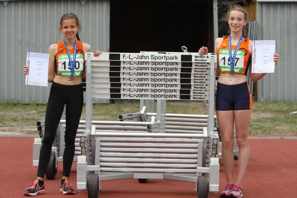 Zoe Baumann (links) und Emma Wette springen erfolgreich für die LG Süd. Foto: Flucke