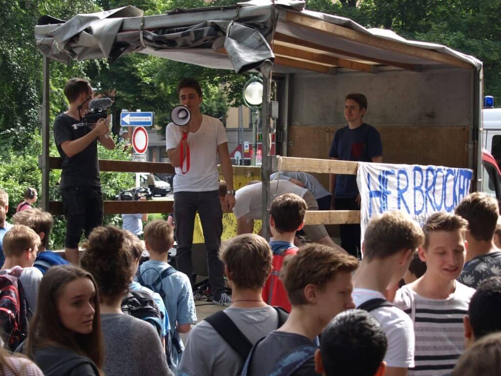 uri Strauß motivierte die Schüler und erklärte, warum man heute auf die Straße gehe.