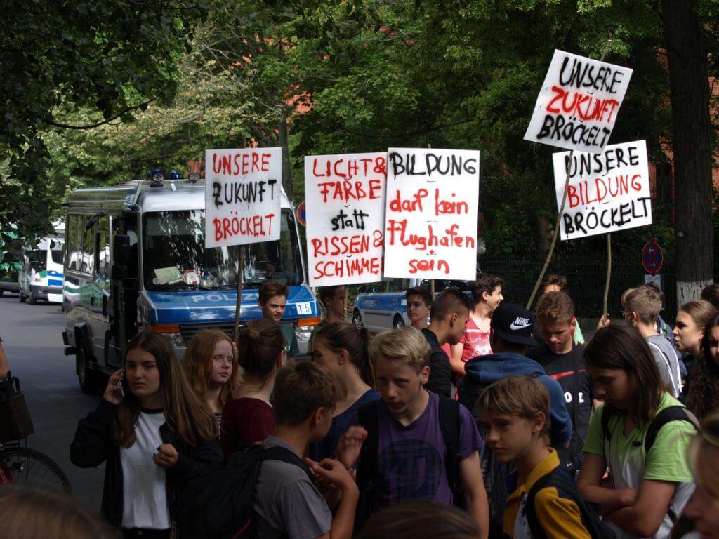 Mit Transparenten machten die Schüler auf ihre maroden Schulgebäude aufmerksam. Foto: Bavandi