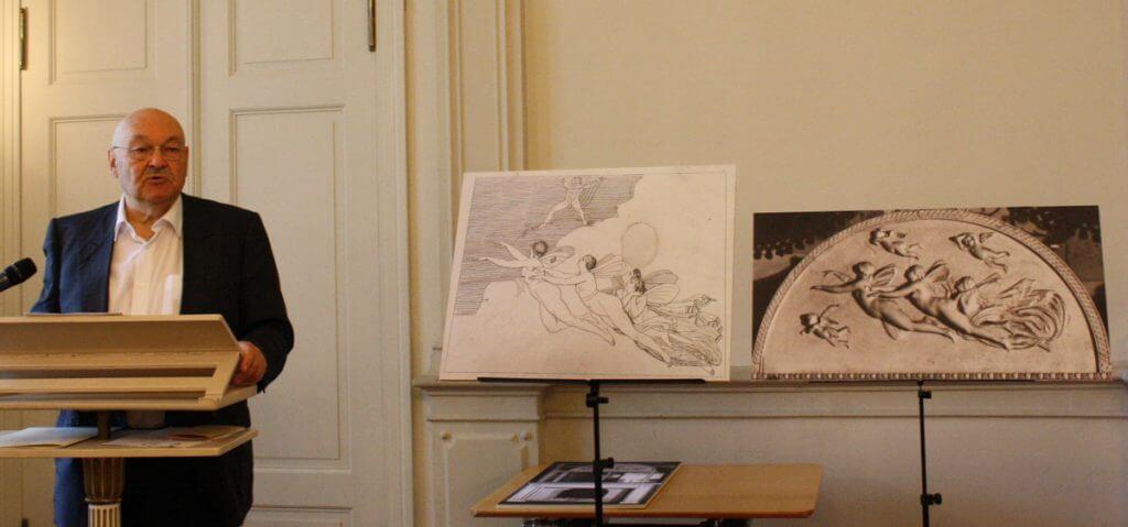 Jürgen Klebe erläuterte die Bedeutung des Aurora-Reliefs. Foto: Gogol