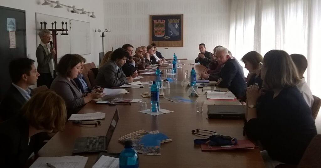 In einem Gespräch im Rathaus Zehlendorf informierten sich 14 internationale Journalisten über die Flüchtlingssituation im Bezirk. Foto: Grützner