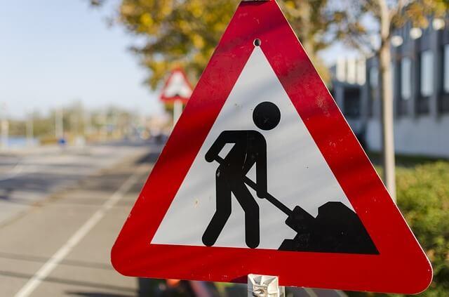 Staugefahr: Fahrbahnsanierung am Wolfensteindamm